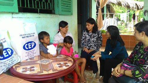 Lãnh đạo TP HCM và lãnh đạo CEP thăm, tặng quà cho thành viên nghèo Ảnh: NGA HOÀNG