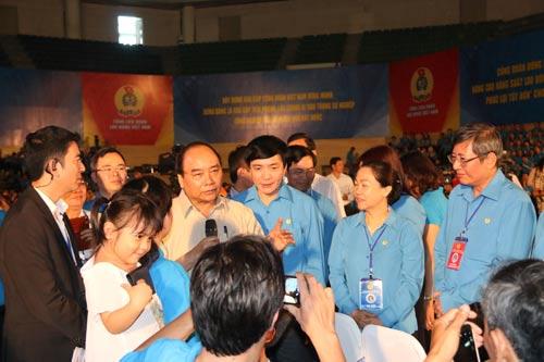 Thủ tướng Nguyễn Xuân Phúc lắng nghe và trả lời các câu hỏi của công nhân Ảnh: BÍCH VÂN