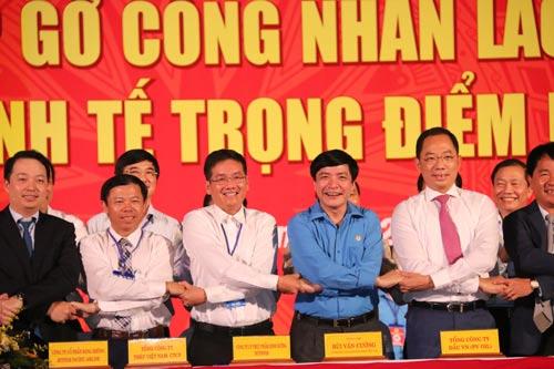Chủ tịch Tổng LĐLĐ Việt Nam Bùi Văn Cường (thứ 2 từ phải sang) tại lễ ký kết hợp tác chăm lo phúc lợi cho đoàn viên Ảnh: TRẦN THƯỜNG