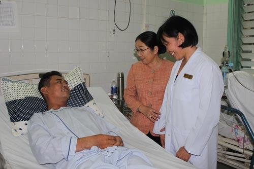 """Bà Võ Thị Dung (giữa), Phó Bí thư Thành ủy TP HCM và cán bộ Công đoàn ngành y tế thăm công nhân mổ tim miễn phí theo chương trình """"Trái tim nghĩa tình"""" Ảnh: NGA HOÀNG"""