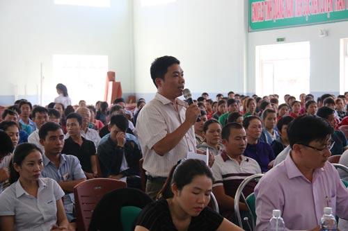 Đại diện công nhân phát biểu tại buổi tiếp xúc cử tri