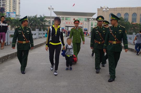 Cơ quan chức năng Việt Nam tiếp nhận cháu bé bị lừa bán sang Trung Quốc