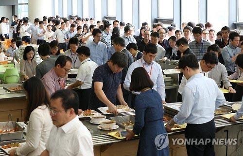 Các công chức trong giờ ăn trưa tại một văn phòng chính phủ ở TP Sejong - Hàn Quốc Ảnh: Yonhap