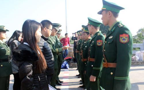 Người Việt Nam xuất cảnh lao động trái phép bị lực lượng chức năng Trung Quốc bắt giữ, trao trả cuối năm 2016 qua Cửa khẩu Quốc tế Móng Cái. Ảnh: N.Q