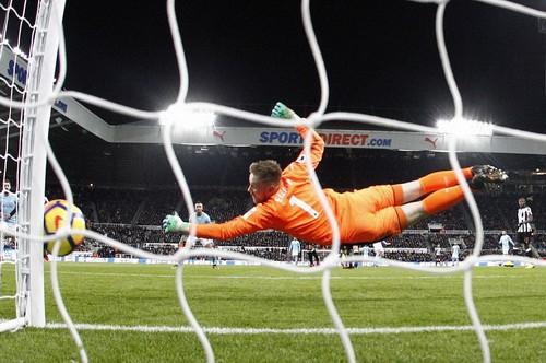 Chích chòe tặng quà, Man City độc diễn sân cỏ Ngoại hạng Anh - Ảnh 3.