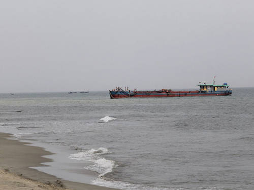Các tàu nạo vét cát tại khu vực bờ biển Cửa Đại - Ảnh: Hiền Trường