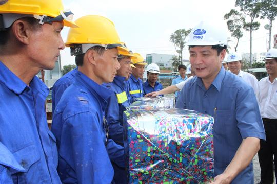 Chủ tịch Tổng LĐLĐ Việt Nam Bùi Văn Cường thăm hỏi, tặng quà công nhân thi công cầu Ghềnh Ảnh: Xuân Hoàng
