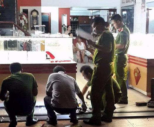 Bắt được 2 đối tượng dùng đá đập kính cướp tiệm vàng ở Đà Nẵng - Ảnh 2.