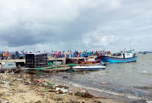 Thủ tướng biểu dương người đưa ca nô ra biển cứu dân trong bão số 12 - Ảnh 1.