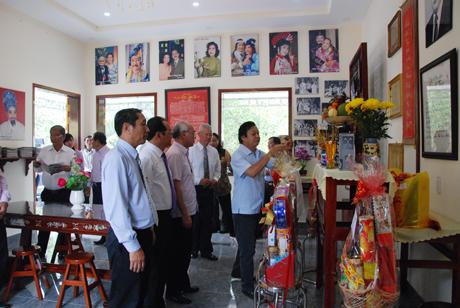 NSND đạo diễn Trần Ngọc Giàu - Giám đốc Nhà hát cải lương Trần Hữu Trang, thắp hương trước bàn thờ tác giả Trần Hữu Trang tại nhà lưu niệm