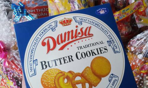 Bánh nhái thương hiệu Danisa có trong giỏ quà Tết. Ảnh: Phương Đông.