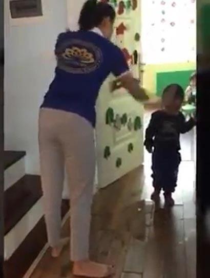Giáo viên dùng dép đánh học sinh mầm non. (Ảnh cắt từ clip)