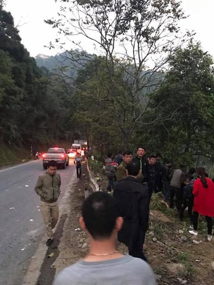 Lực lượng chức năng địa phương và người dân khẩn trương tiến hành cứu hộ, cứu nạn