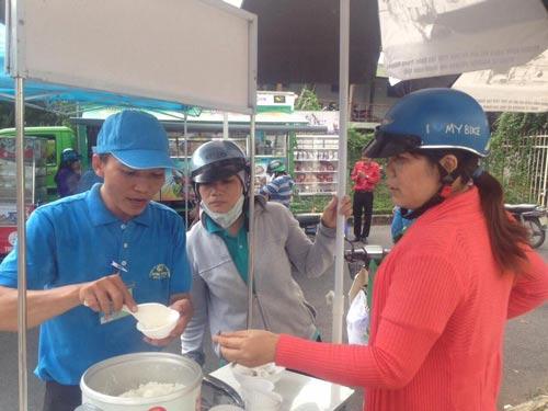 Công nhân ăn thử gạo Công ty TNHH Sản xuất và Chế biến nông sản Kim Sáng tại siêu thị Công đoàn KCX Tân Thuận, TP HCM