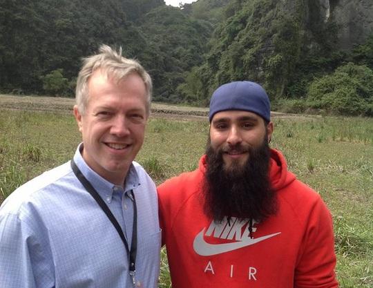 """Đạo diễn Jordan Vogt-Robert (phải) và Đại sứ Mỹ tại Việt Nam Ted Osius tại trường quay phim """"Kong: Skull Island"""" ở Ninh Bình"""