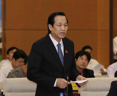 Bộ trưởng Bộ Thông tin và Truyền thông Trương Minh Tuấn (trên) và Bộ trưởng Bộ Lao động - Thương binh và Xã hội Đào Ngọc Dung trả lời chất vấn trước Quốc hội Ảnh: TTXVN