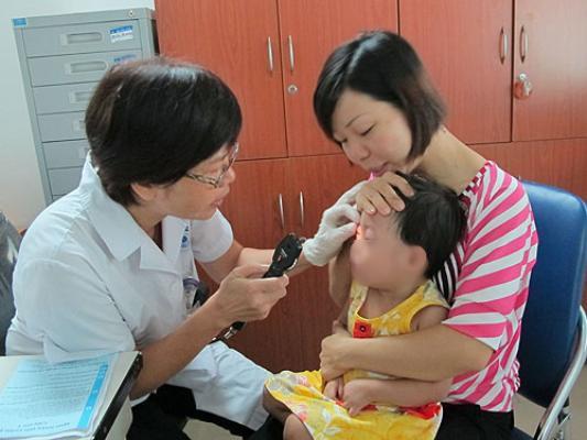 Con gái suýt mù vì mẹ nhỏ sữa chữa ghèn mắt - Ảnh 1.