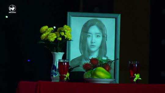 Ảnh Lee Ahreum trên bàn thờ trong tiểu phẩm của Duy Khương