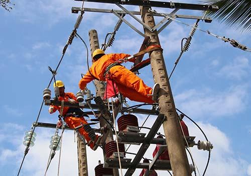 Điện lực TP Cần Thơ đang bảo trì hệ thống lưới điện nhằm bảo đảm cấp điện trong mùa khô năm 2017 Ảnh: ĐÌNH HOÀNG