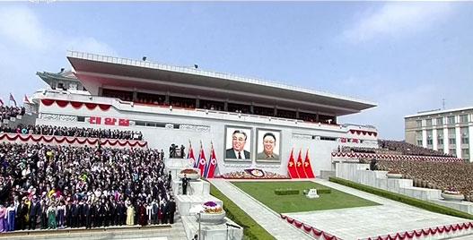 Ảnh chân dung của Lãnh tụ Kim Nhật Thành và Cố lãnh đạo Kim Jong-il tại lễ đài của quảng trường tại Bình Nhưỡng - nơi diễn ra lễ diễu binh rầm rộ nhân Ngày Ánh Dương. Ảnh: RT