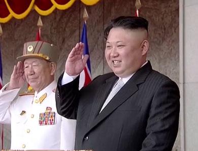 Biểu cảm của Nhà lãnh đạo Kim Jong-un tại lễ diễu binh. Ảnh: RT