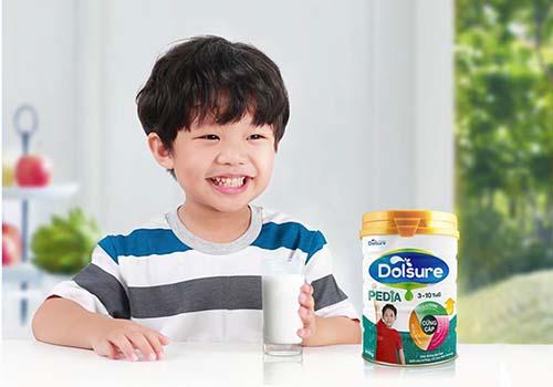 Một trong những cách giúp trẻ tăng cân nhanh đó là bổ sung sữa cho trẻ thấp còi, suy dinh dưỡng vào chế độ ăn hằng ngày của trẻ