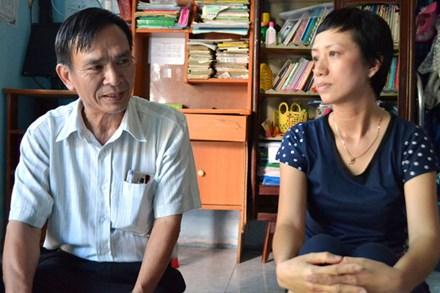 Chủ tịch CĐ ngành GDĐT Châu Thành Hoàng Khắc An (trái ảnh) thăm hỏi, động viên tinh thần cô giáo Nguyễn Thị Thân. Ảnh: L.T