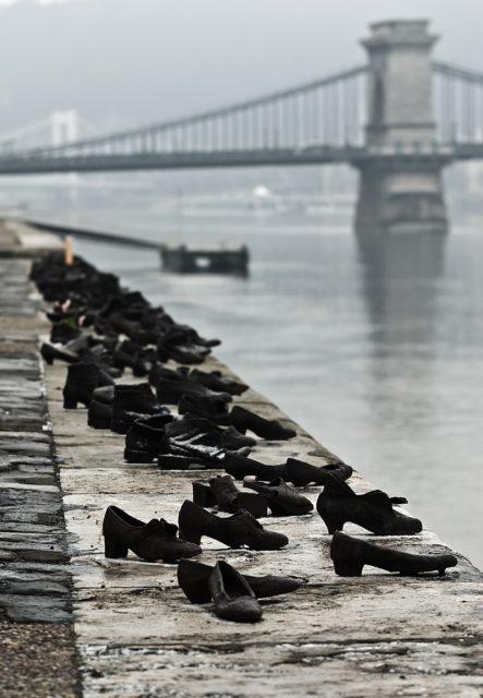 Hơn 60 đôi giày bên dòng Danube và câu chuyện ám ảnh phía sau - Ảnh 2.