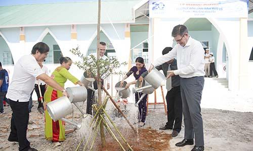 Các đại biểu trồng cây tại Trường Mẫu giáo Hàm Cần