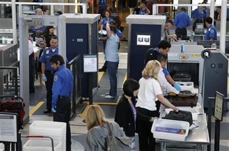 Nữ sĩ quan Noell Grant vô tình bỏ quên súng trong hành lý xách tay nhưng vẫn qua được cửa an ninh sân bay quốc tế Los Angeles. Ảnh: Reuters