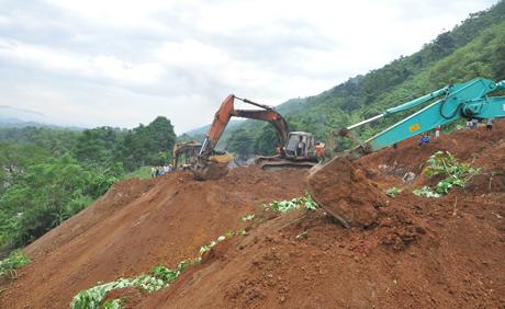 Bị 70.000m3 đất vùi lấp, đường sắt Hà Nội-Lào Cai đứt đoạn nhiều ngày - Ảnh 2.