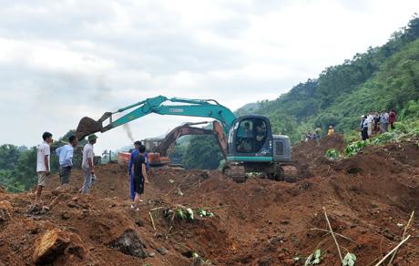 Bị 70.000m3 đất vùi lấp, đường sắt Hà Nội-Lào Cai đứt đoạn nhiều ngày - Ảnh 1.