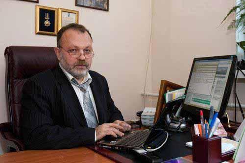 Bác sĩ Valery Zukin, người dẫn đầu nhóm thực hiện phương pháp IVF - ba người tại bệnh viện Kiev Ảnh: The Sun