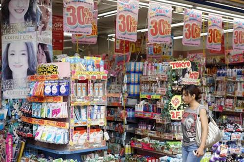 Một hàng mỹ phẩm giảm giá tại Tokyo - Ảnh: The Star