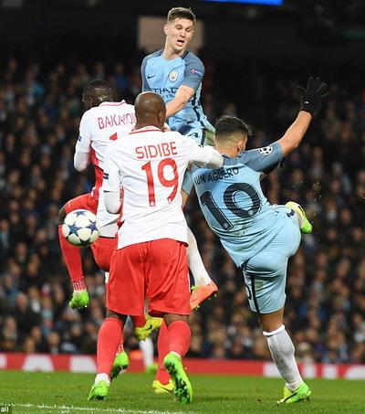 Sergio Aguero lập cú đúp trong trận