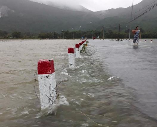 Áp thấp tiến vào, Côn Đảo bị ngập trong mưa lớn - Ảnh 3.