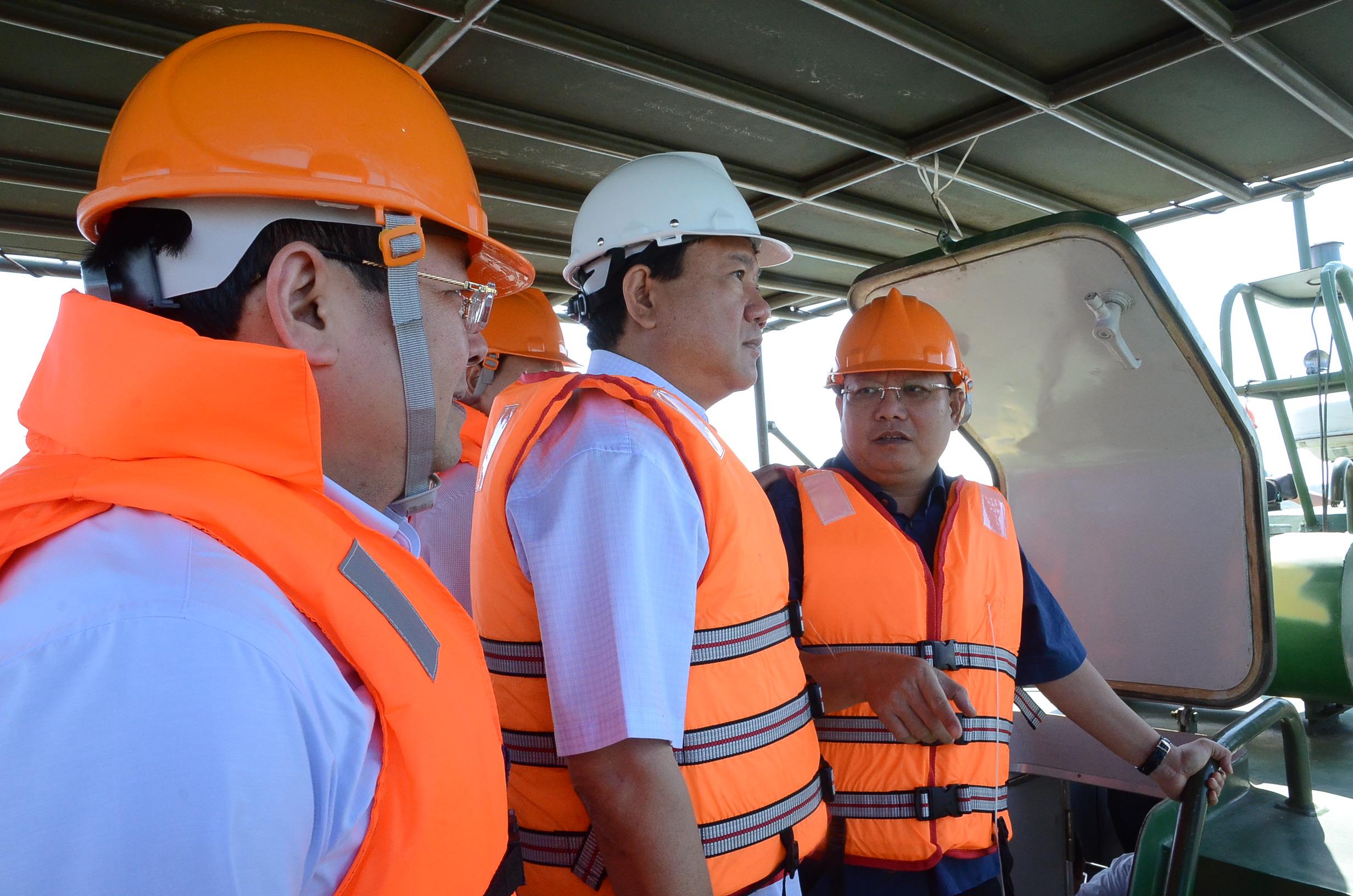 Bí thư Thành ủy Đinh La Thăng cùng Phó Bí thư Thường trực Thành ủy Tất Thành Cang thị sát hồ Dầu Tiếng