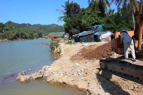 Sông Cái đoạn qua thôn Ngọc Hội, xã Vĩnh Ngọc, TP Nha Trang bị sạt lở nghiêm trọng
