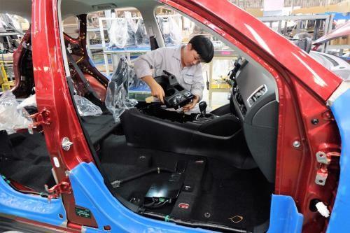 Giá ô tô ở Việt Nam cao gấp 2 lần Thái Lan, Indonesia - Ảnh 1.