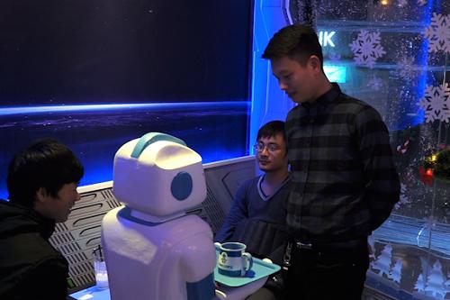 Quán cà phê đầu tiên có robot phục vụ tại Việt Nam - Ảnh 2.