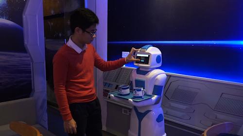Quán cà phê đầu tiên có robot phục vụ tại Việt Nam - Ảnh 7.
