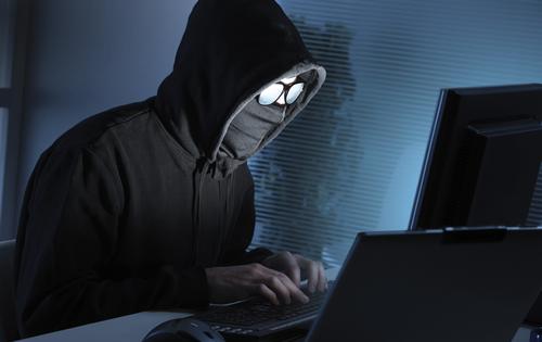 Vì sao hacker thích mặc áo trùm đầu, ngồi trong bóng tối - Ảnh 1.