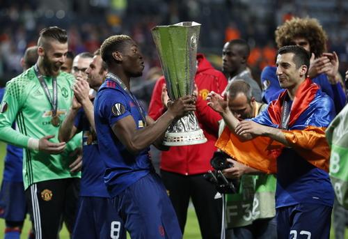 Paul Pogba và Henrikh Mkhitaryan cùng cúp vô địch