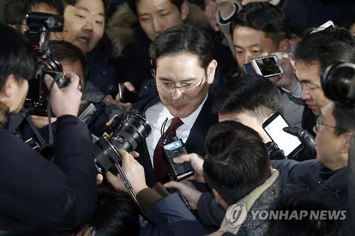 Ông Lee Jae-yong rời khỏi văn phòng của nhóm công tố viên đặc biệt sau cuộc thẩm vấn Ảnh: YONHAP