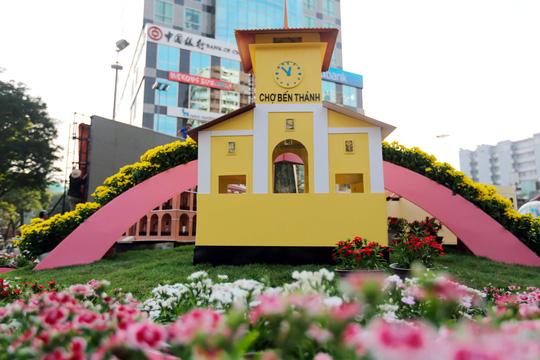 Tiểu cảnh chợ Bến Thành ở đường hoa Nguyễn Huệ