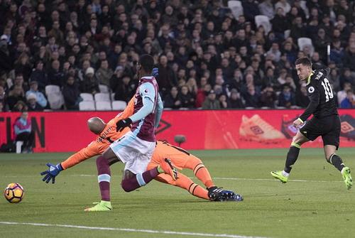 Eden Hazard ghi bàn từ tình huống phản công