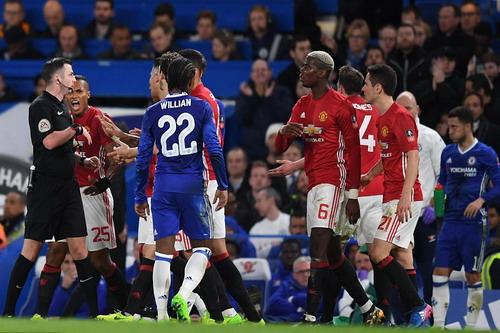 Hazard (bìa phải) thản nhiên xem trọng tài xử Herrera