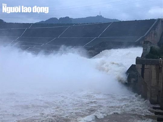 Lũ tràn về thủy điện Hòa Bình, thuỷ điện Sơn La dừng phát điện - Ảnh 2.