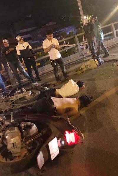 Xe máy tông nhau trên cầu vượt, 1 người chết, 2 bị thương - Ảnh 2.