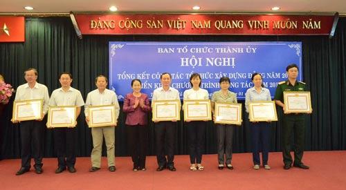 8 tập thể làm tốt công tác tổ chức xây dựng Đảng năm 2016 nhận bằng khen của Ban Thường vụ Thành ủy TP HCM Ảnh: Bảo Nghi